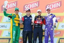 منصة تتويج السباق الأول: ماركوس غوميز، دانييل سيرا، وجوليو كامبوس
