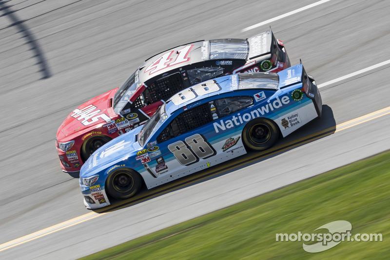 Kurt Busch, Stewart-Haas Racing, Chevrolet, und Dale Earnhardt jr., Hendrick Motorsports, Chevrolet