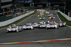Start: #17 Porsche Team Porsche 919 Hybrid Hybrid: Timo Bernhard, Mark Webber, Brendon Hartley leads