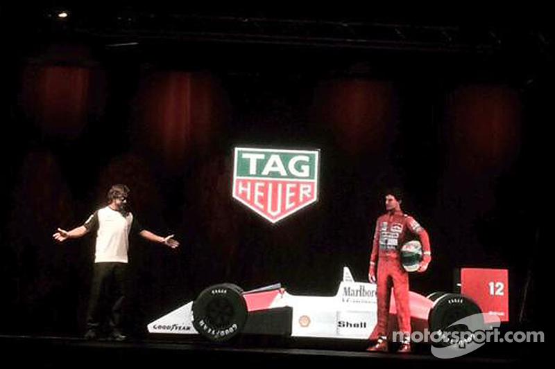 Fernando Alonso con el holograma de Ayrton Senna