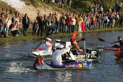 Зрители наблюдаю за гонкой пилотов Audi на лодках