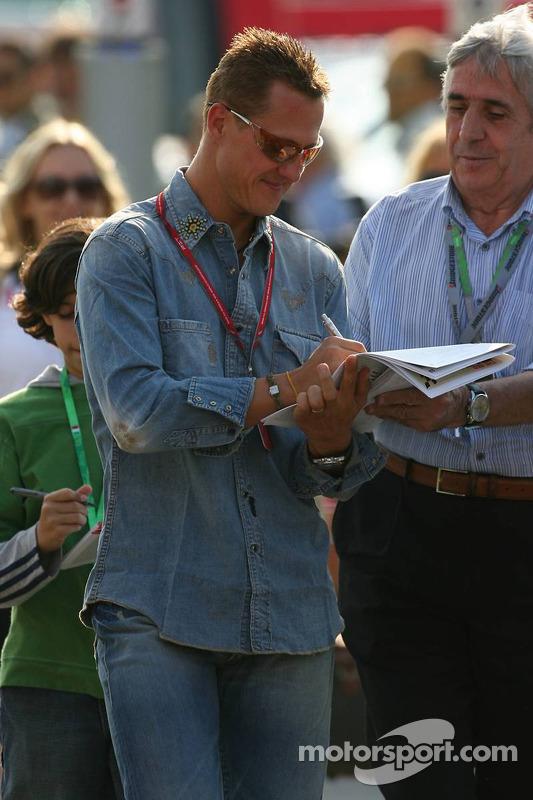 Michael Schumacher signe des autographes pour les fans