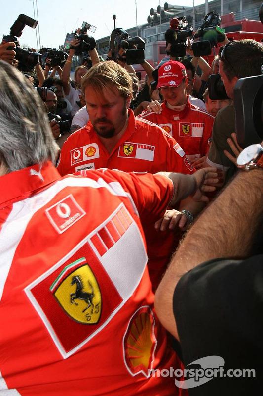 El ganador de la carrera Michael Schumacher