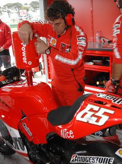 Miembro del equipo Ducati Corse en el trabajo