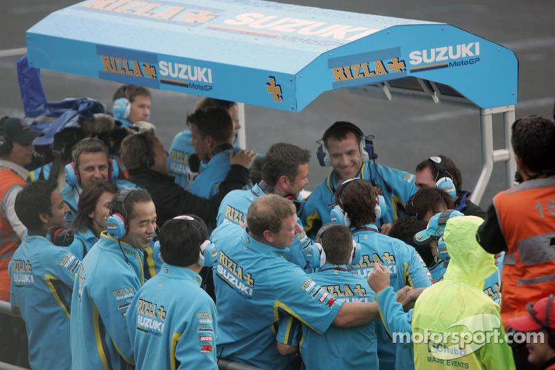 Los miembros del equipo Suzuki celebran segundo lugar final de Chris Vermeulen