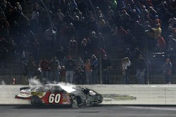Carl Edwards glisse contre le mur