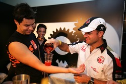 Lucky Strike PR day: Rubens Barrichello makes a cocktail on an arm