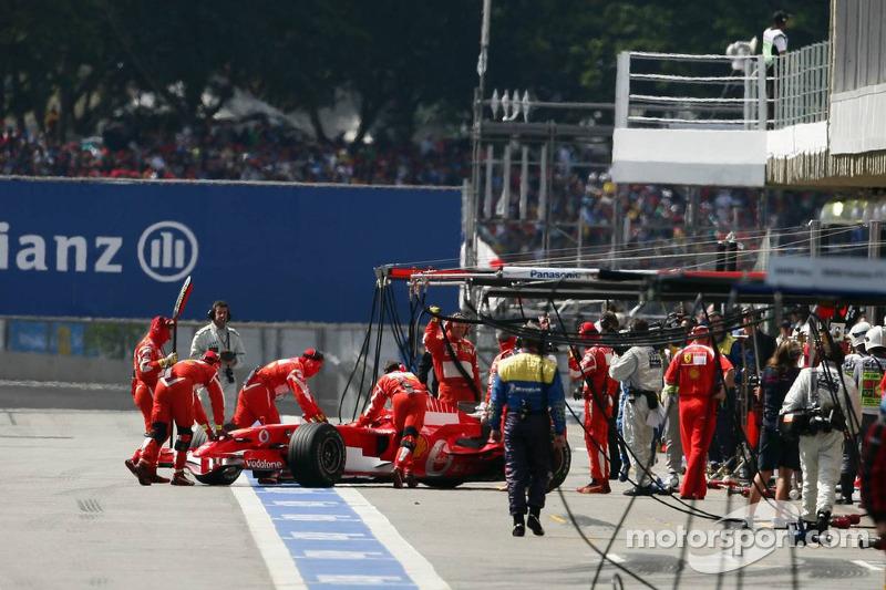 Michael Schumacher est poussé dans son garage après un souci
