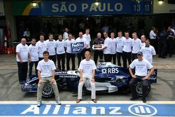 Cosworth farewell picture: Mark Webber, Nico Rosberg and Alexander Wurz with Cosworth engineers