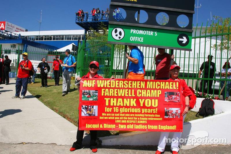 Michael Schumacher et des fans de la Scuderia Ferrari