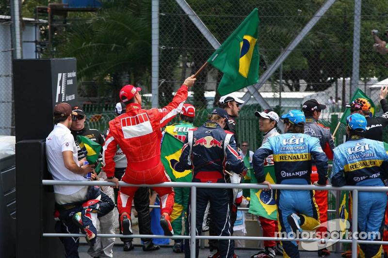 Michael Schumacher avec un drapeau brésilien à la parade des pilotes