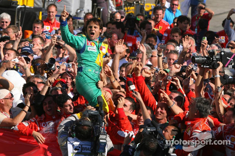 Ganador de la carrera Felipe Massa celebra