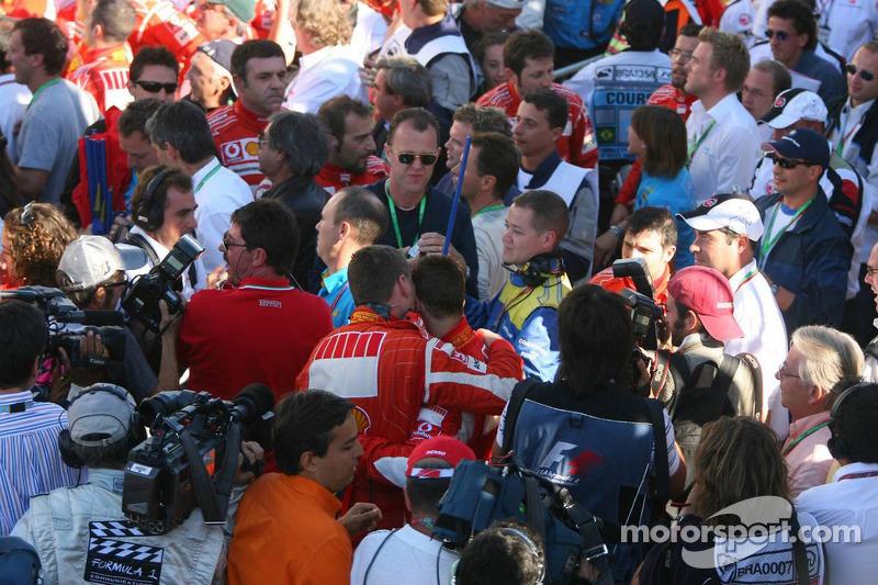 Alles stürmt auf Michael Schumacher ein