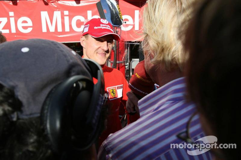 Michael Schumacher parle avec les médias de son émotion pour son dernier Grand Prix