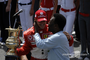 Ceremony for Michael Schumacher's first retirement in 2006: Michael Schumacher accepts a special trophy from Pelé