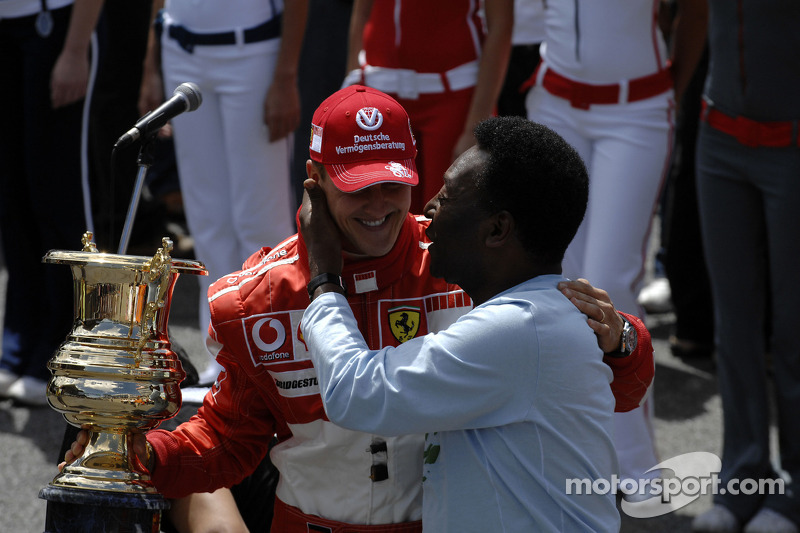 Ceremony for Michael Schumacher's retirement on the starting grid: Michael Schumacher accepts a special trophy from Pelé
