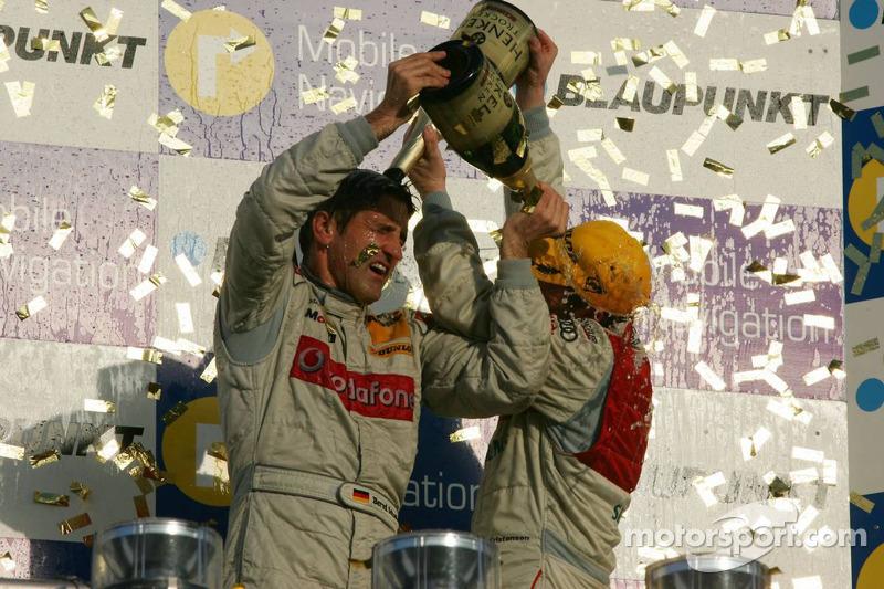 Podium du Championnat de DTM 2006 : champagne pour Bernd Schneider et Tom Kristensen