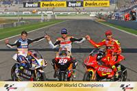 Переможці чемпіонату світу MotoGP 2006 року: чемпіон класу 125 куб.см Альваро Баутіста, чемпіон MotoGP Нікі Хейден, чемпіон класу 250 куб.см. Хорхе Лоренсо
