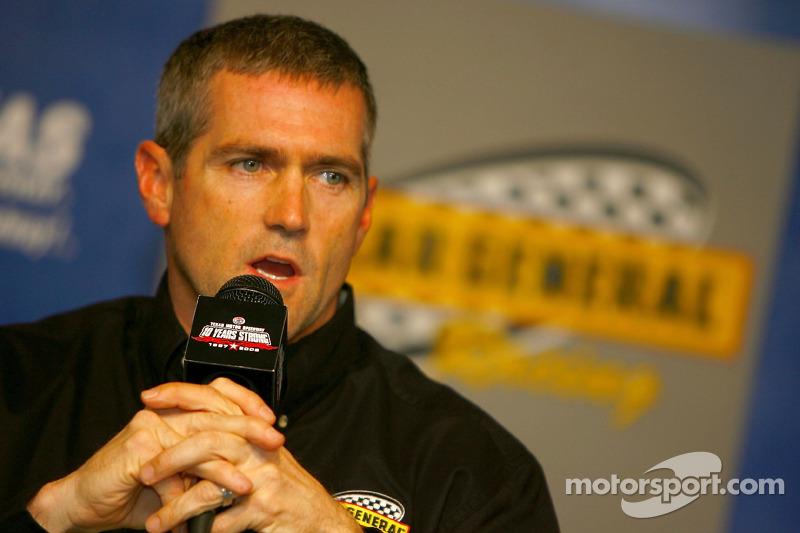 Bobby Labonte pendant une conférence de presse annonçant que lui et Kertus Davis seront co-équipierssur la Dollar General Chevrolet n°77 de NASCAR Busch Series de Kevin Harvick pour la saison 2007