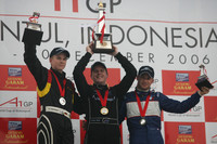 Podium: race winner Jonny Reid with Nico Hulkenberg and Nicolas Lapierre