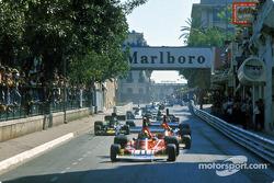 Erste Runde: Clay Regazzoni vor Ferrari-Teamkollege Niki Lauda