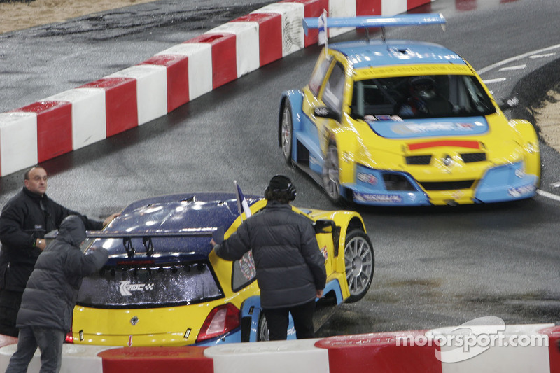 Semi final: Sébastien Bourdais in the wall while Heikki Kovalainen drives by