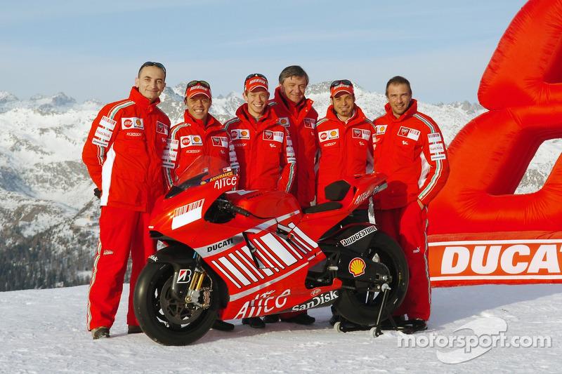 Claudio Domenicali, Loris Capirossi, Casey Stoner, Federico Minoli, Vittoriano Guareschi y Livio Suppo con la Ducati Desmosedici GP7
