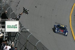 Checkered flag for #10 SunTrust Racing Pontiac Riley: Wayne Taylor, Max Angelelli, Jeff Gordon, Jan Magnussen