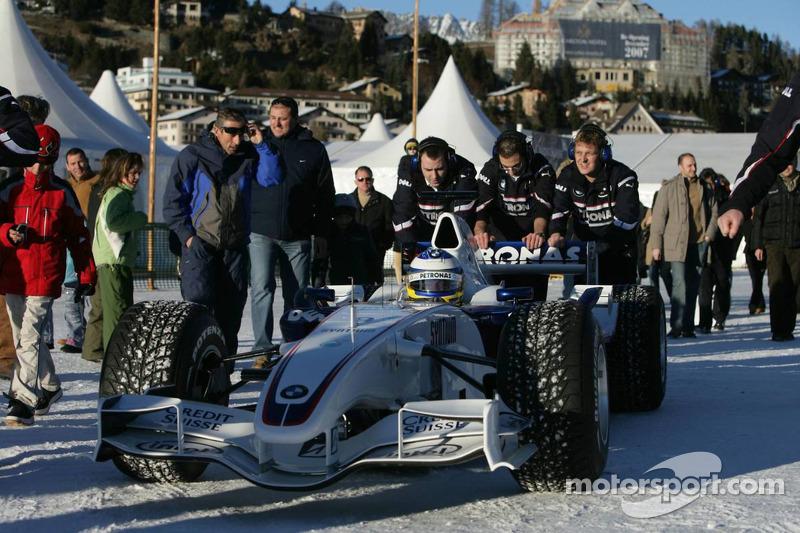 Нік Хайдфельд за кермом боліда BMW Sauber F1 зі спеціальними шинами Bridgestone у Сент-Морітці