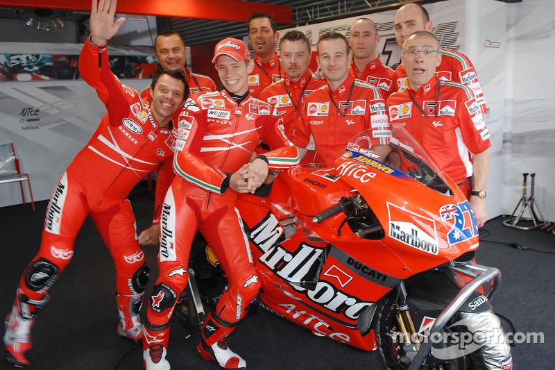 Loris Capirossi et Casey Stoner posent avec les membres de l'équipe Ducati