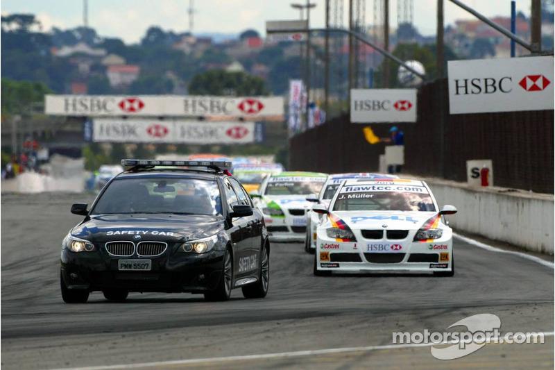 Tour derrière la voiture de rythme : Jorg Muller, BMW Team Germany, BMW 320si WTCC