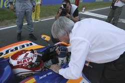 Bernie Ecclestone souhaite bonne chance à Javier Villa avant le début de la course