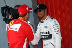Льюис Хэмилтон, Mercedes AMG F1 и Себастьян Феттель, Ferrari поздравляют друг друга в закрытом парке