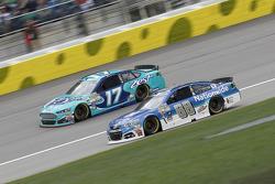 Ricky Stenhouse jr., Roush Fenway Racing, Ford, und Dale Earnhardt jr., Hendrick Motorsports, Chevrolet