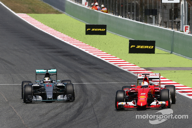 Sebastian Vettel, Ferrari SF15-T, und Lewis Hamilton, Mercedes AMG F1 W06, im Zweikampf