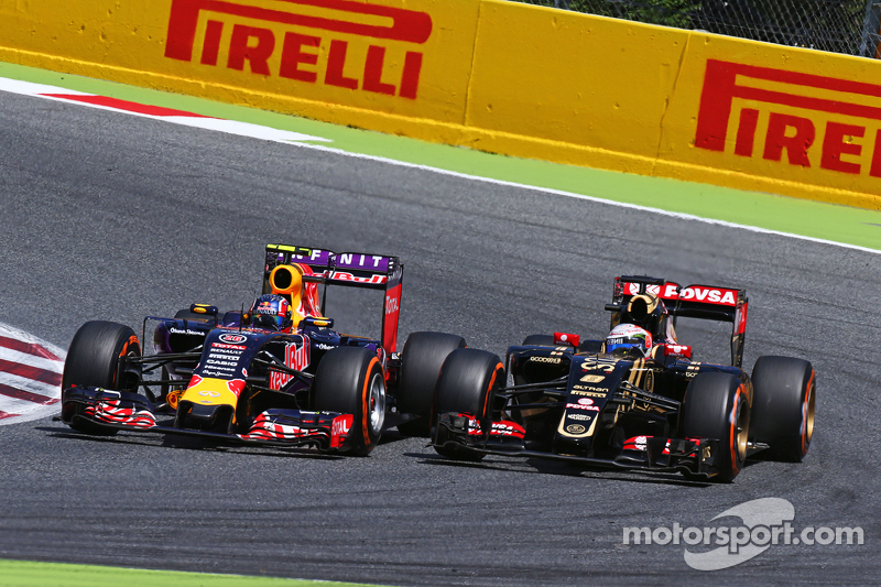 Daniil Kvyat, Red Bull Racing RB11, und Romain Grosjean, Lotus F1 E23, im Zweikampf