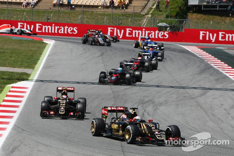 رومان غروجان، على متن سيارة لوتس إي23 للفورمولا واحد، أمام زميله بالفريق باستور مالدونادو، على متن سيارة لوتس إي 23 للفورمولا واحد