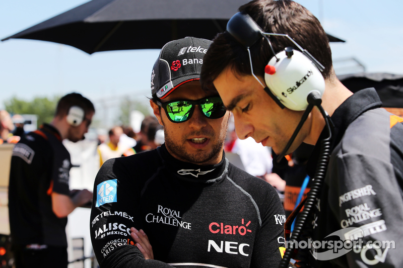 Sergio Perez, Sahara Force India F1, in der Startaufstellung mit Tim Wright, Sahara Force India F1 Team, Renningenieur