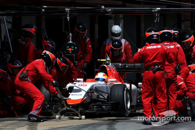 روبرتو مرعي، فريق مانور للفورمولا واحد، خلال وقفة صيانة