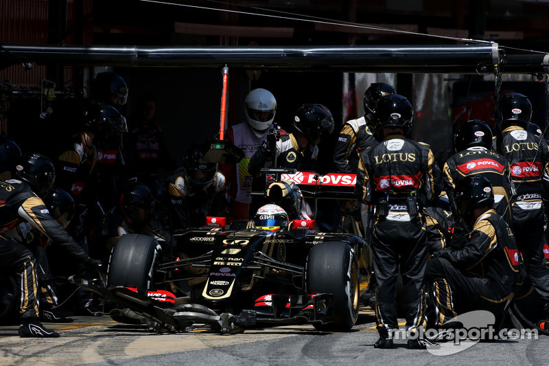 Romain Grosjean, Lotus F1 Team during pitstop