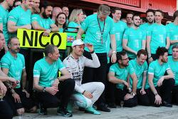 El ganador de la carrera Nico Rosberg, Mercedes AMG F1 festeja con el equipo
