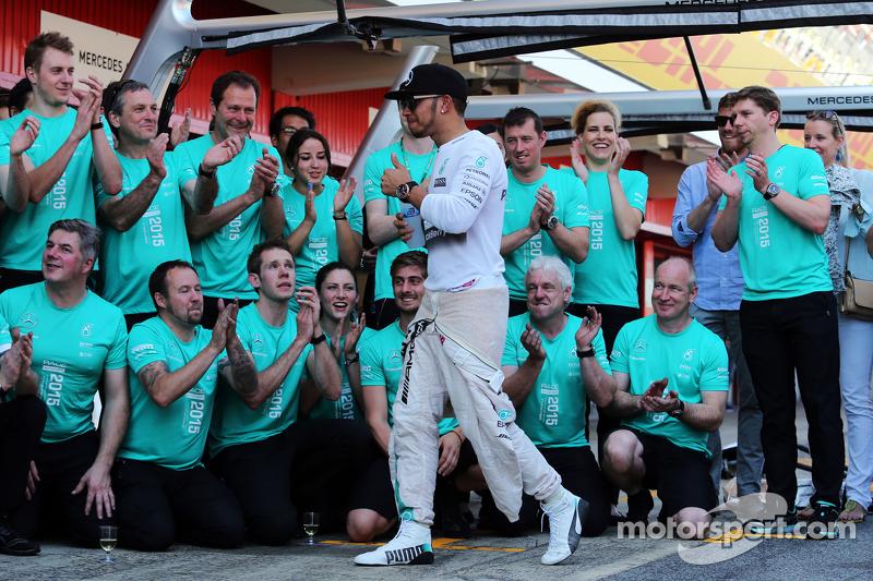 Lewis Hamilton, Mercedes AMG F1, feiert mit dem Team