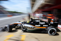 Ник Йеллоли, тестовый пилот Sahara Force India F1 VJM08 покидает пит-лейн