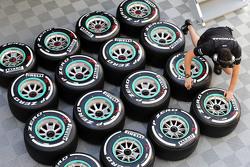 Des pneus Pirelli et un mécanicien Mercedes AMG F1