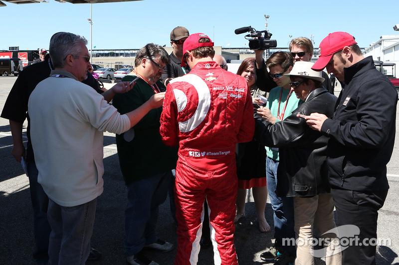 Scott Dixon, Chip Ganassi Racing, spricht mit der Presse