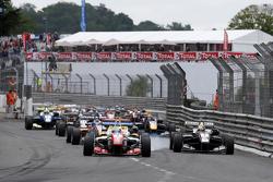Старт: впереди Джейк Деннис, Prema Powerteam Dallara Mercedes-Benz