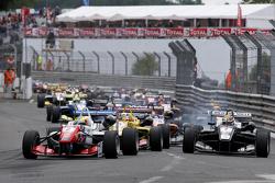 Start: Jake Dennis, Prema Powerteam, Dallara Mercedes-Benz, in Führung