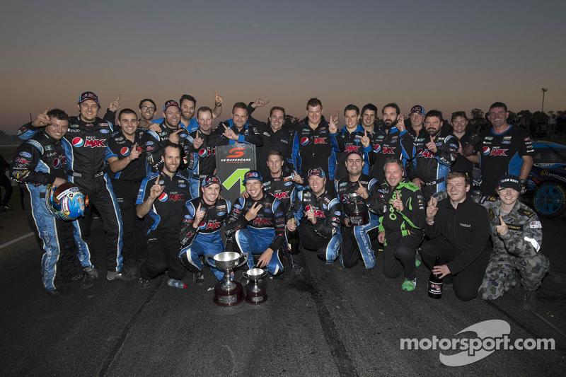 Juara balapan Mark Winterbottom, dan Chaz Mostert merayakan bersama Prodrive Racing Australia Ford t