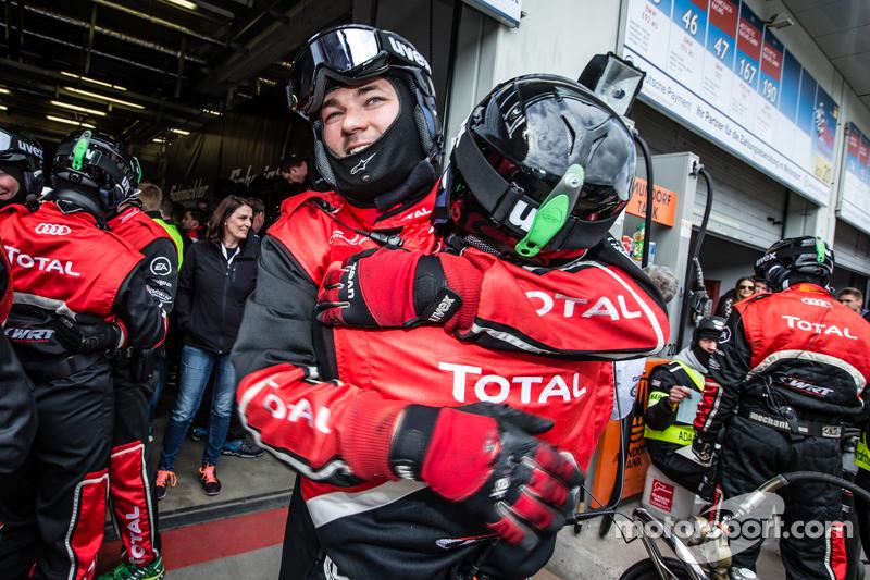 Anggota tim Audi Sport Team WRT merayakan setelah pit stop terakhir untuk #28 Audi Sport Team WRT Audi R8 LMS