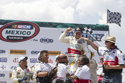 Ganador de la carrera: Rodrigo Peralta, Tame Racing celebra con su equipo